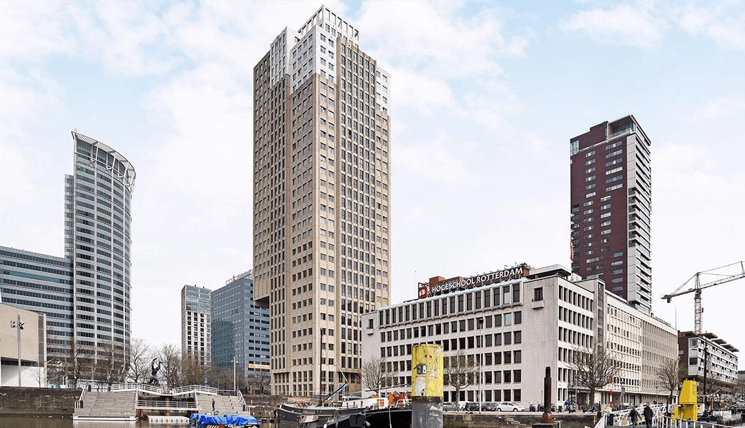 Hoge kantoorgebouw zijkant